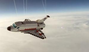 navette spatial en LEGO dans l'espace ballon sonde nuage ciel