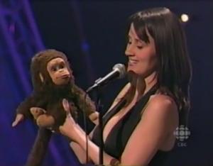 nina conti avec un singe ventriloque