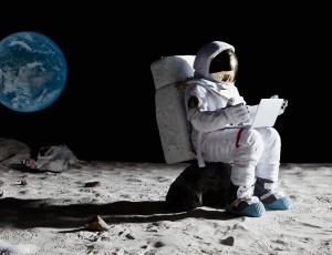 astronaute sur la lune avec un pc portable laptop