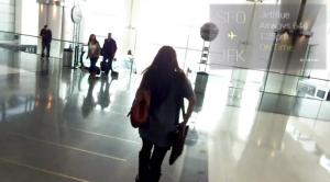 savoir quand se mettre a courir comme un malade pour ne pas louper l'avion avec Google Glass aéroport fille