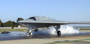 décollage depuis une catapulte du drone X-47B version navy bombardier furtif