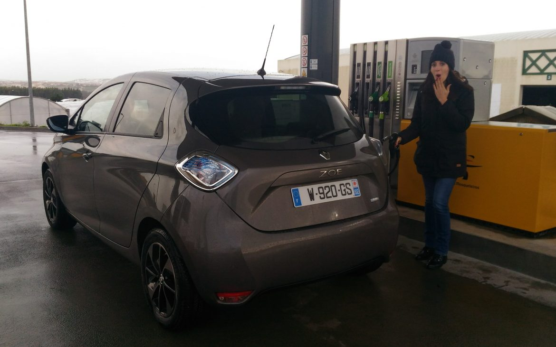 voiture électrique zoe station essence